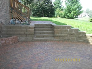 RETAINING WALL WITH INTEGRAL STEPS