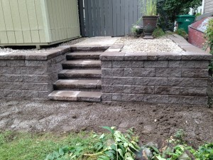 RETAINING WALLS WITH INTEGRAL STEPS